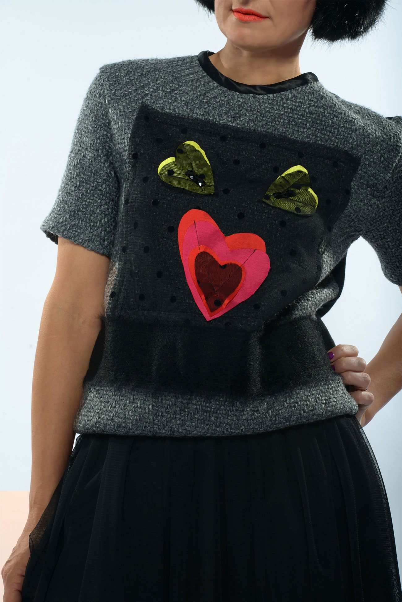 Bluza cu bentita la gat din stofa neagra si accesorii inimoare