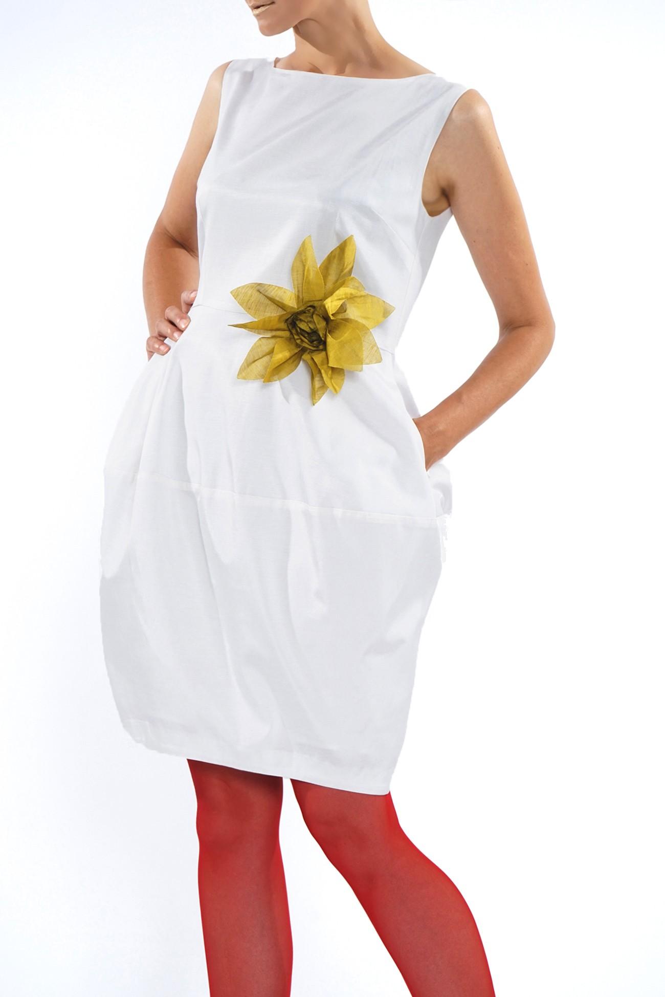 Rochie alba cu floare in talie