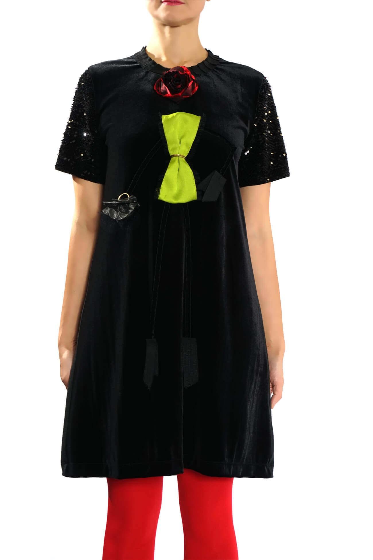 Rochie din catifea cu aplicatii creative in forma de fetita