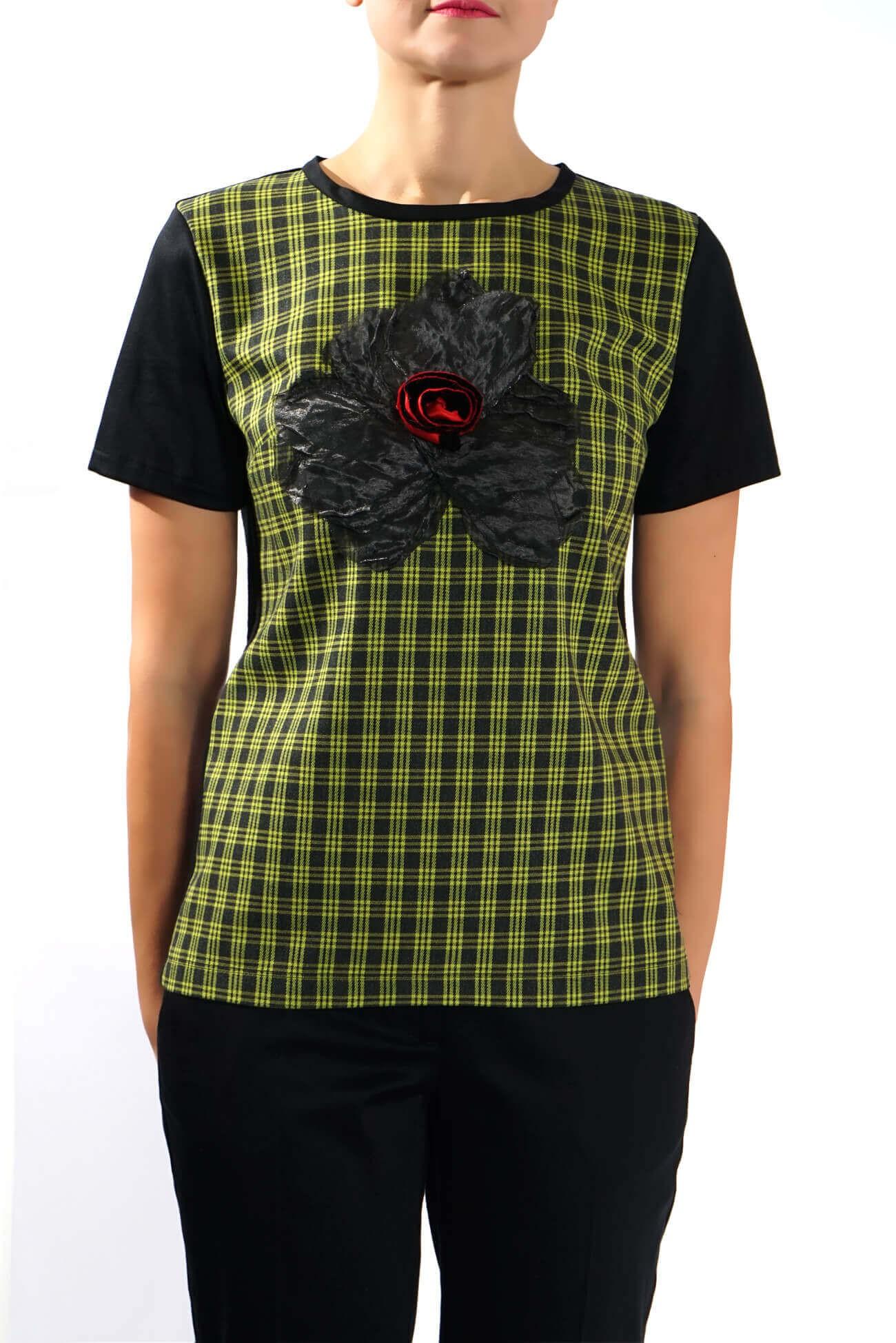 Top in carouri verde cu accesoriu floare