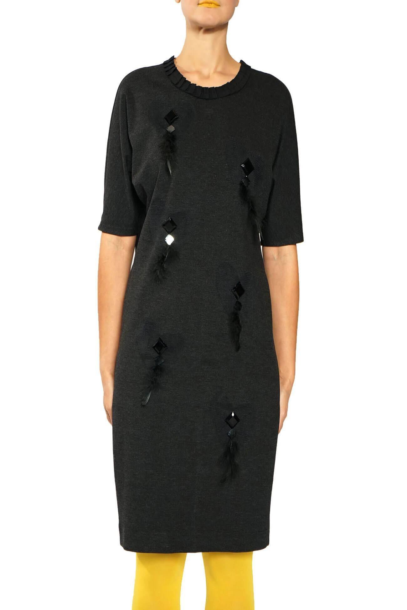 rochie chimono cu aplicatii din pene si strasuri