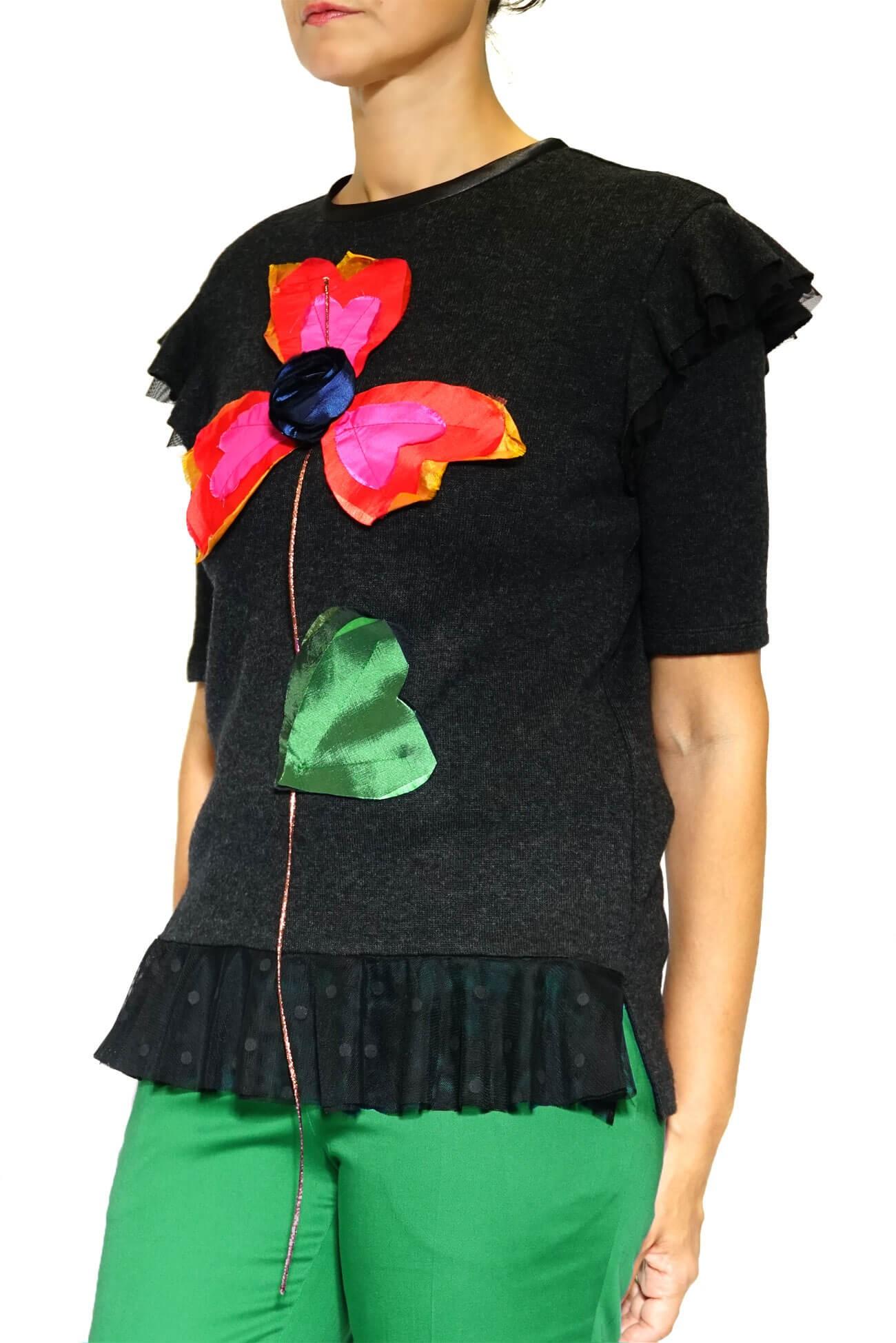 pulover gri  cu volane si floare aplicata(  produs la precomanda  )