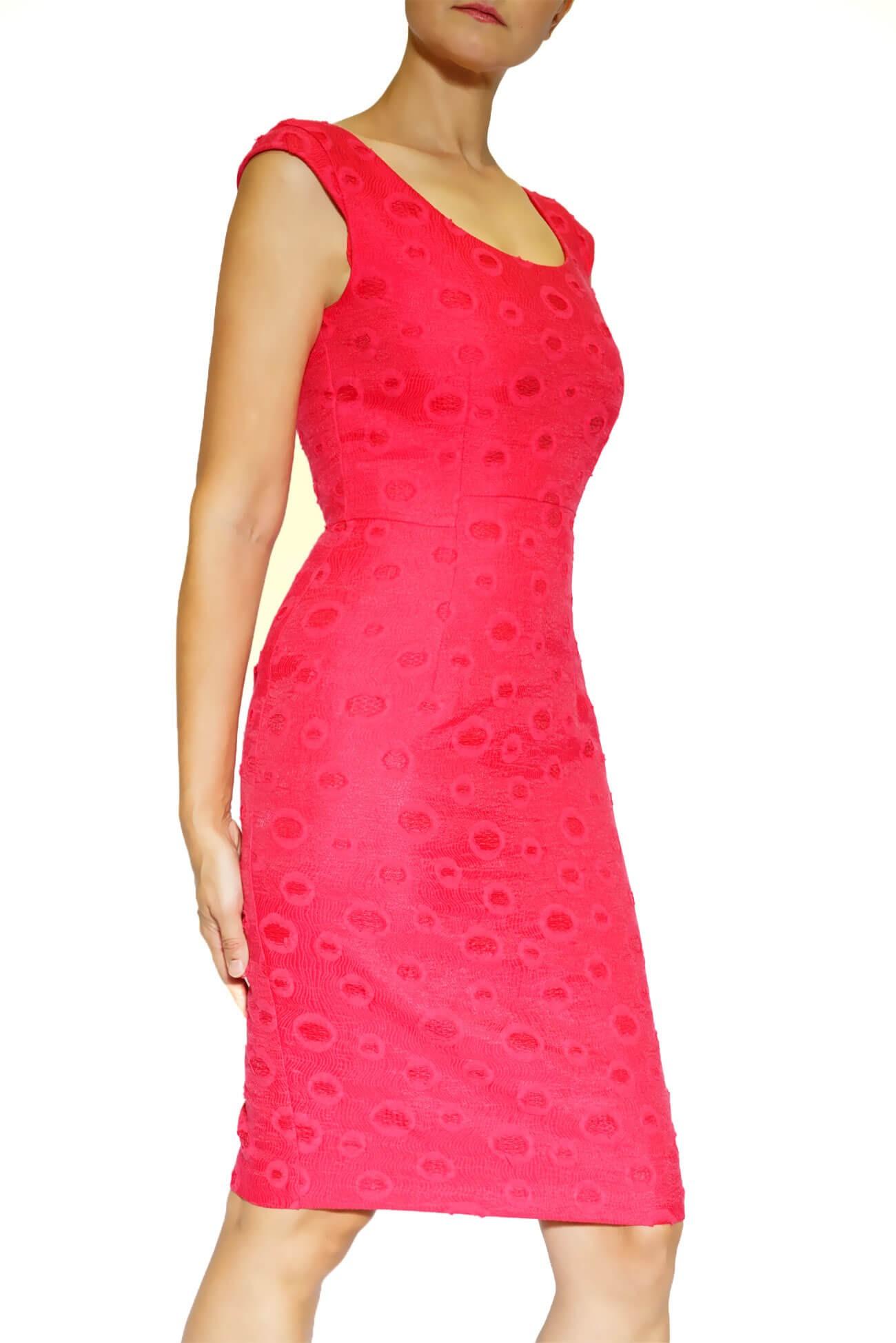Rochie din brocart rosu cambrata