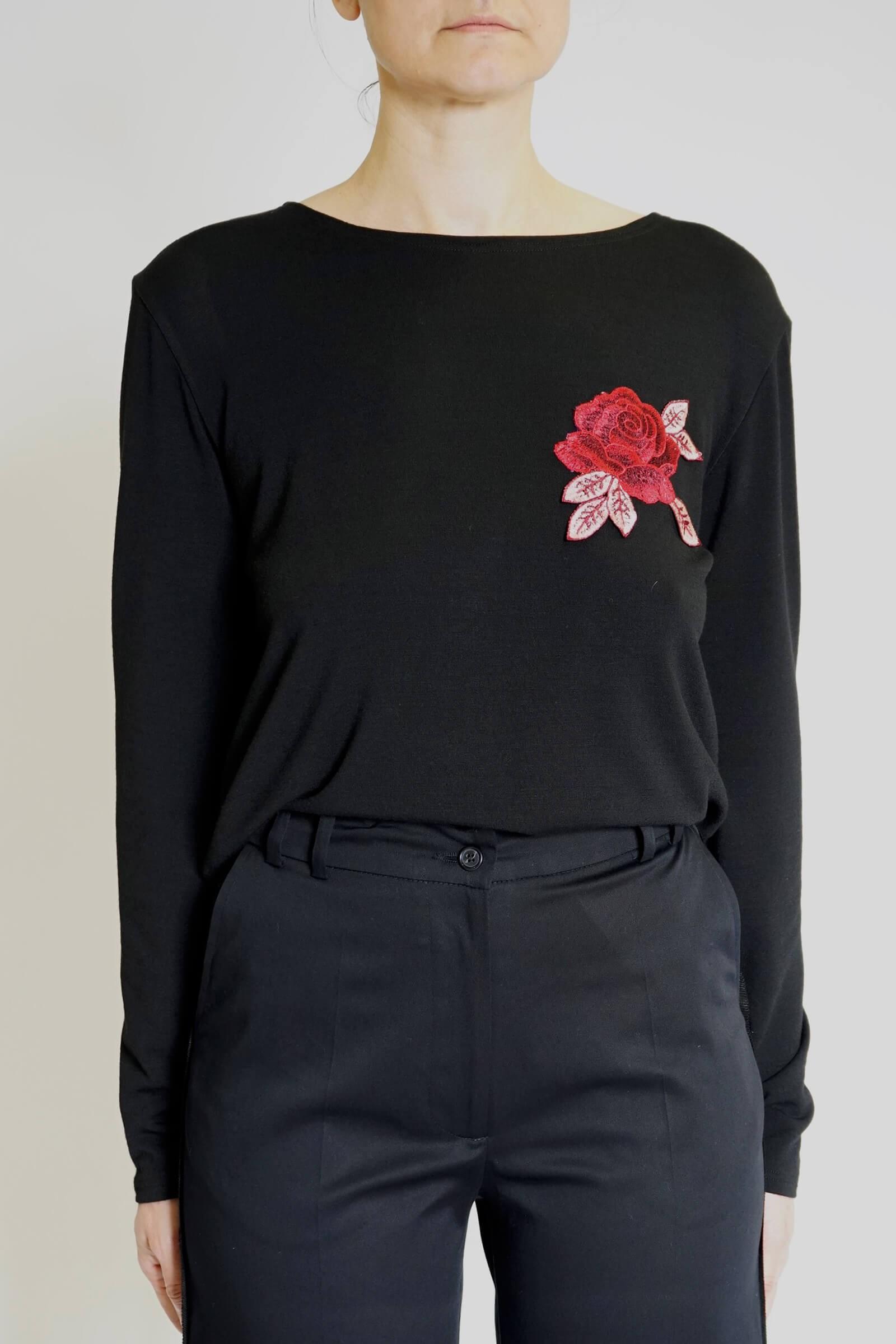 Bluza neagra cu trandafir