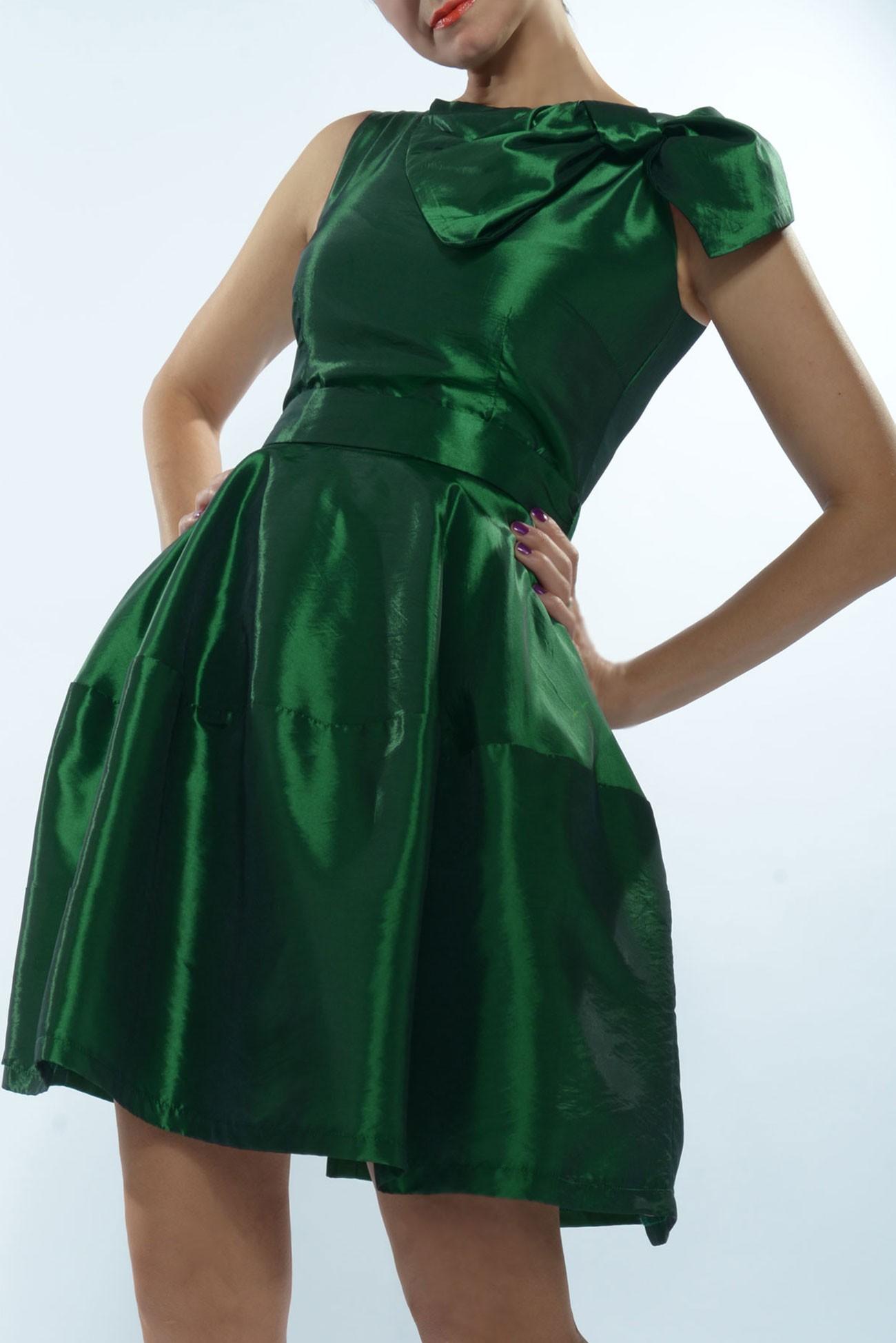 Rochie din tafta verde cu funda foarte mare