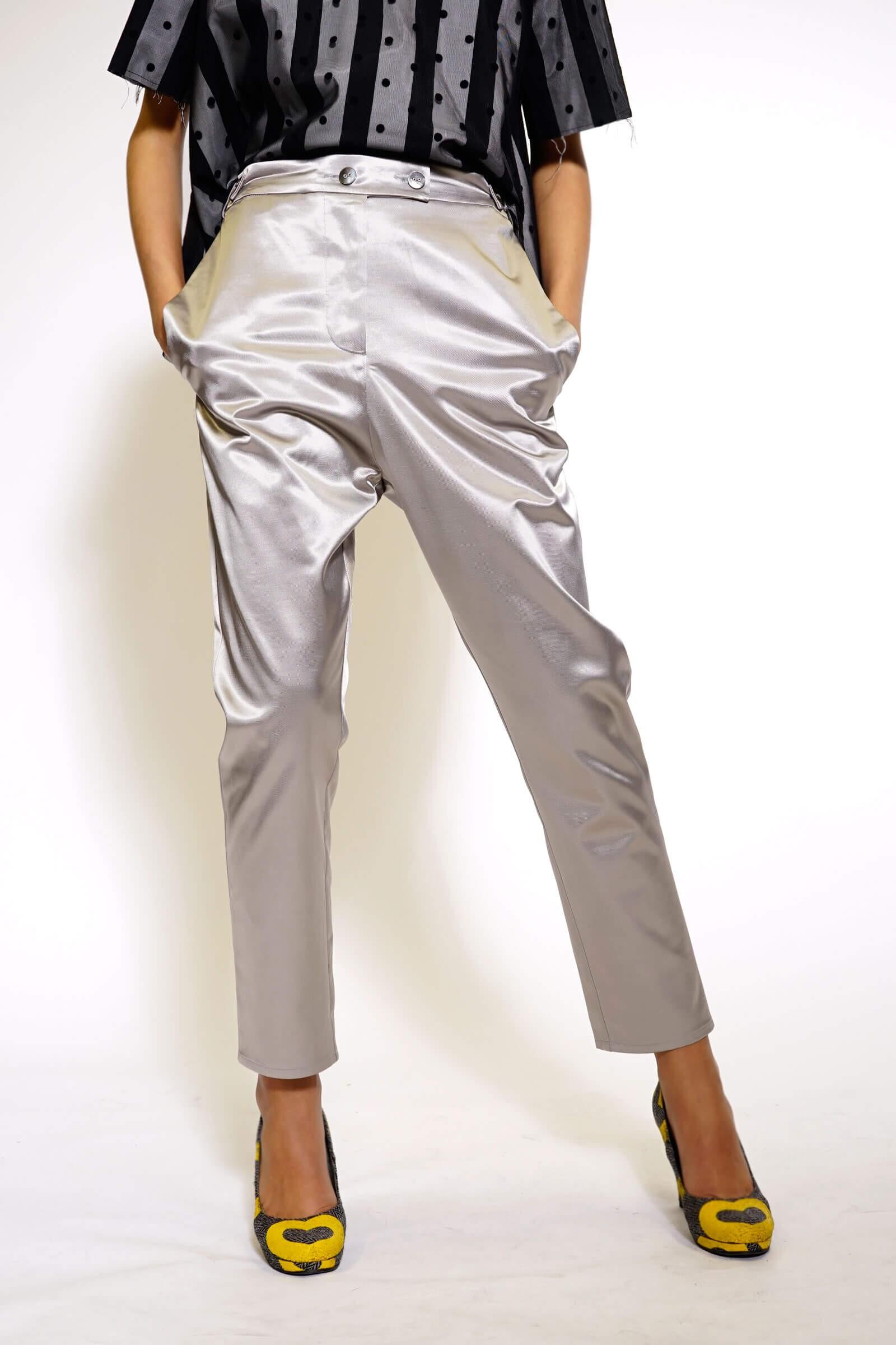Pantalon gri cu buzunarele...